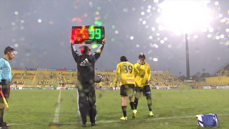 激しい雨の中でハーフタイム明けの選手交代
